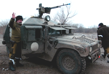 Военнослужащие армии ДНР на одной из улиц города Дебальцево.