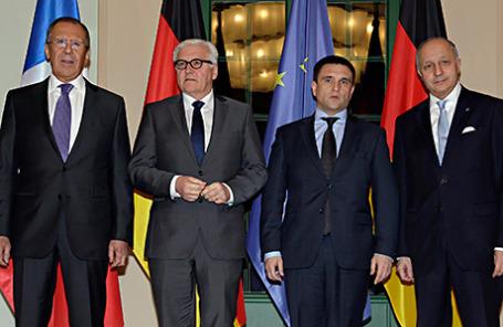 Министр иностранных дел Германии Франк-Вальтер Штайнмайер (второй слева) приветствует своих коллег из России (Сергей Лавров), Украины (Павел Климкин) и Франции (Лоран Фабиус)