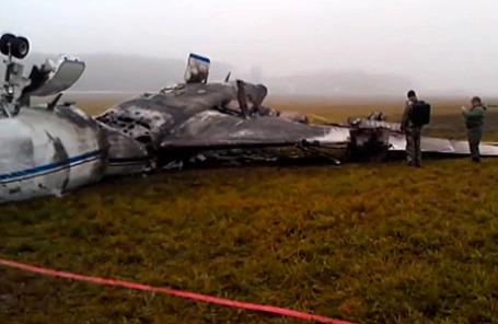 На месте крушения самолета Dassault Falcon 50 в аэропорту  «Внуково» 20 октября 2014.
