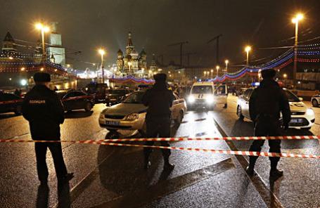 Сотрудники полиции на Большом Москворецком мосту, где был застрелен политик Борис Немцов.
