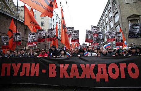 Шествие в память о Борисе Немцове в центре Москвы.