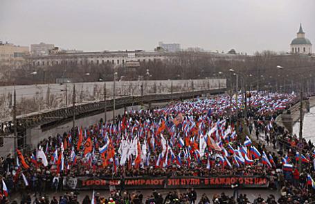 Участники траурного шествия в память о политике Борисе Немцове, убитом в ночь на 28 февраля на Большом Москворецком мосту.
