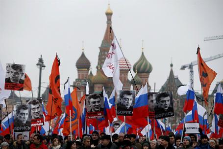 Люди с флагами и плакатами во время траурного марша в память об убитом оппозиционере Борисе Немцове