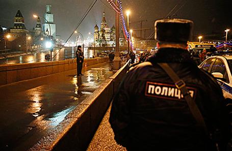 Сотрудники полиции на Большом Москворецком мосту, где 27 февраля был застрелен Борис Немцов.