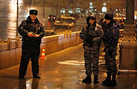 Сотрудники правоохранительных органов на Большом Москворецком мосту, где 27 февраля был застрелен Борис Немцов.