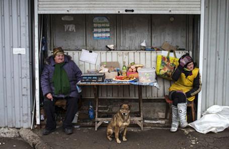 Уличная торговля на рынке в Донецке.