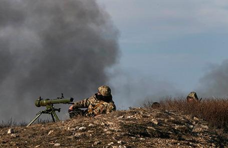 Украинские военнослужащие на позиции недалеко от Донецка.
