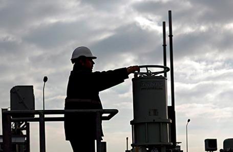 Инженер работает с вентилем, проверяет наличае газа в турецкой нефтяной корпорации.