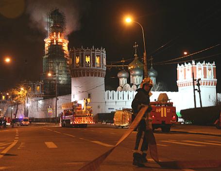 Пожар на колокольне Новодевичьего монастыря в Москве.
