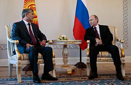 Президент Киргизии Алмазбек Атамбаев и президент России Владимир Путин (слева направо) во время встречи в Константиновском дворце.