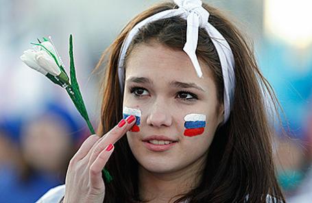 Жительница Симферополя во время праздничных мероприятий честь первой годовщины воссоединения Крыма и России.