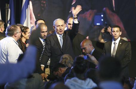 Премьер-министр Израиля Беньямин Нетаньяху приветствует своих сторонников в штаб-квартире партии «Ликуд» в Тель-Авиве.
