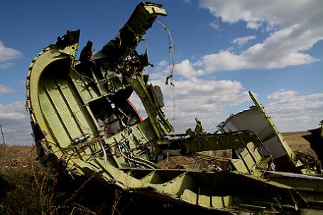 Обломки на месте падения пассажирского самолета Malaysia Airlines Boeing 777