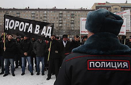 Православные активисты во время акции протеста у Новосибирского государственного театра оперы и балета , где состоялся очередной показ оперы Р.Вагнера  «Тангейзер» в постановке Тимофея Кулябина.