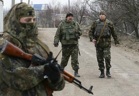 Украинские военнослужащие возле села Широкино Донецкой области.