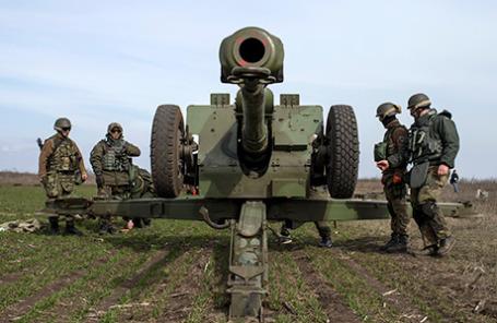 Члены добровольческого батальона «Азов» в Урзуфе, к западу от Мариуполя.