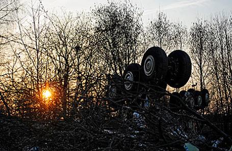 Обломки самолета Ту-154, на котором летел президент Польши Лех Качиньский с супругой, в районе Смоленска, 11 апреля 2010.