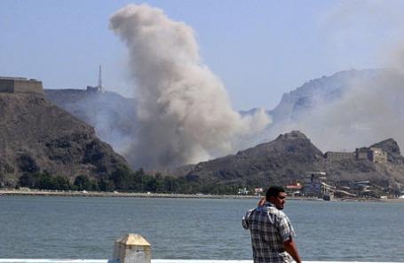 Дым от взрыва на большом складе оружия Адена в Джебель.