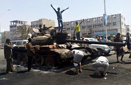 На улице в южном портовом городе Йемена Адена 29 марта 2015.