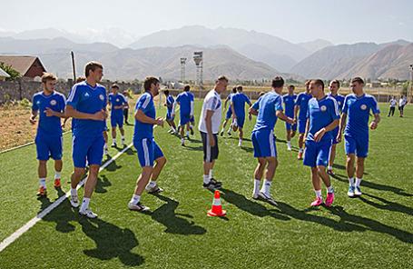 Сборная Казахстана по футболу на тренировке.