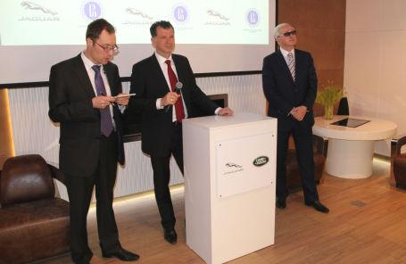 Глава Jaguar Land Rover Россия Франк Виттеман (по центру) и президент Высшей школы экономики Александр Шохин (справа)
