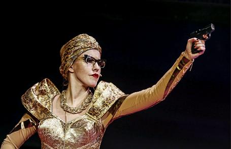 Ксения Собчак в сцене из спектакля «Женитьба» в постановке Филиппа Григорьяна на сцене государственного театра Наций.