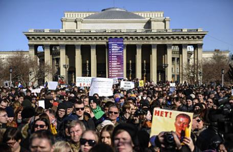 Участники митинга в защиту свободы творчества и в поддержку оперы Р.Вагнера «Тангейзер» в постановке режиссера Т.Кулябина у здания Новосибирского театра оперы и балета.