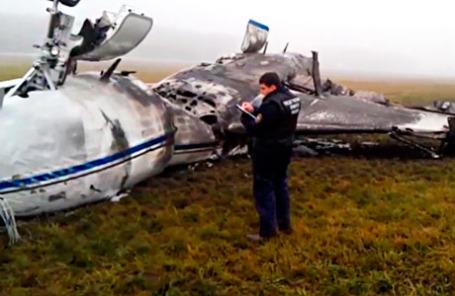 На месте крушения самолета Dassault Falcon 50 в аэропорту «Внуково» 21 октября 2014 .