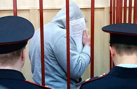 Фигурант по делу об убийстве политика Бориса Немцова Темирлан Эскерханов (в центре) во время повторного рассмотрения ходатайства следствия об аресте в Басманном суде.