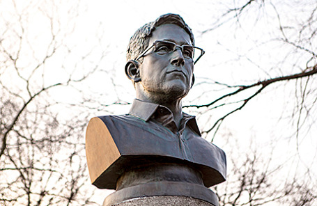 Памятник Эдварду Сноудену в парке Форт-Грин в Нью-Йорке, США.