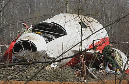 Обломки самолета Ту-154, на котором летел президент Польши Лех Качиньский с супругой, в районе Смоленска.