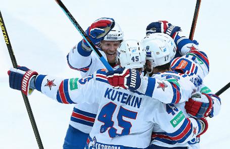 Игроки СКА радуются забитому голу в матче 1/2 финала плей-офф Кубка Гагарина КХЛ.