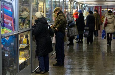 Покупатели у торговых палаток в одном из подземных переходов города.