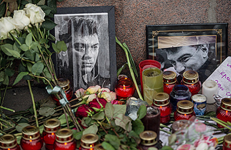 На месте убийства политика Бориса Немцова на Большом Москворецком мосту.