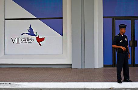 У входа в здание, где будет проводиться «Саммит Америк» в городе Панама.