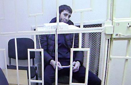 Заур Дадаев (на экране), обвиняемый по делу об убийстве политика Бориса Немцова, во время рассмотрения жалобы на арест в Мосгорсуде.