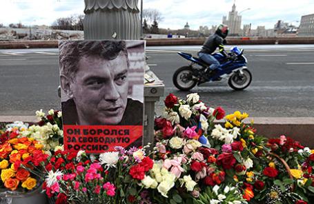 Импровизированный мемориал на месте убийства политика Бориса Немцова на Большом Москворецком мосту.