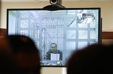 Хамзат Бахаев (на экране), ранее обвиняемый по делу об убийстве политика Бориса Немцова.