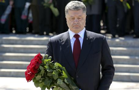 Одесса. 10 апреля. Президент Украины Петр Порошенко (в центре) во время церемонии возложения цветов к памятнику Неизвестному матросу.