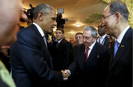 Президент США Барак Обама (слева) и его кубинский коллега Рауль Кастро на VII «Саммите Америк» в Панама-Сити.