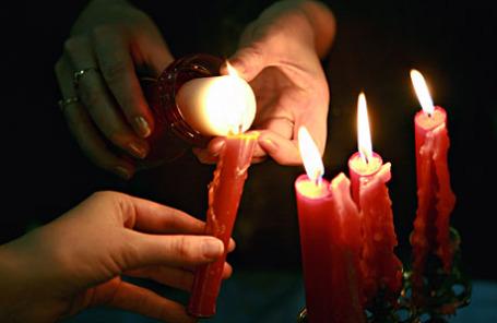 Свечи, зажженные от Благодатного огня.