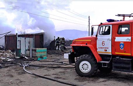 Сотрудники МЧС РФ во время ликвидации пожара.