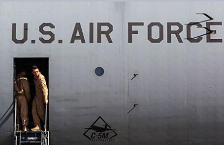 Американские военнослужащие в самолете военно-воздушных сил США прибыли на Украину.