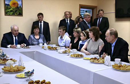 Президент России Владимир Путин (справа) на встрече с местными жителями, пострадавшими от пожаров. Слева - глава республики Хакасия Виктор Зимин.