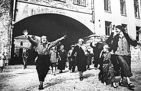 Жители Брянска встречают Красную Армию, освободившую город от немецко-фашистских захватчиков. 1943 год