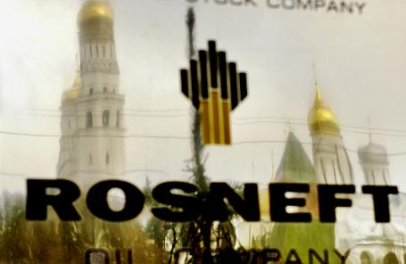 Табличка на офисном здании госкомпании «Роснефть» в Москве.