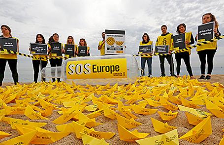 Активисты Amnesty International во время акции с целью привлечь внимание к трагедии в Средиземном море, в результате которой погибли мигранты, пытавшиеся добраться до Европы.