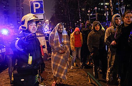 Студенты, эвакуированные при пожаре в общежитии Российского медицинского университета им. Пирогова на улице Академика Волгина в Москве, 23 апреля 2015.