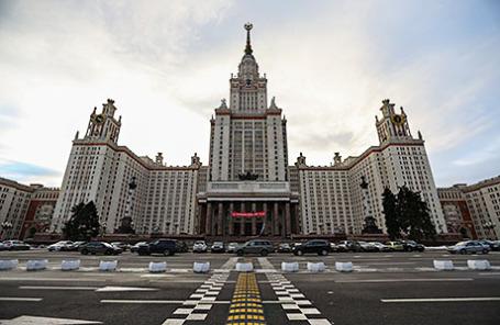 Вид на главное здание Московского государственного университета имени М.В. Ломоносова.