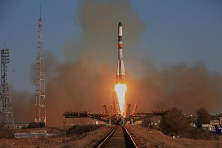 Старт ракеты-носителя РН «Союз-У» с транспортным грузовым кораблем «Прогресс» на Байконуре.